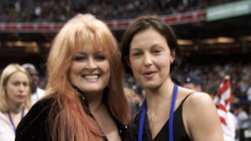 Wynonna Judd, Ashley Judd souriant ensemble lors d'un événement sportif