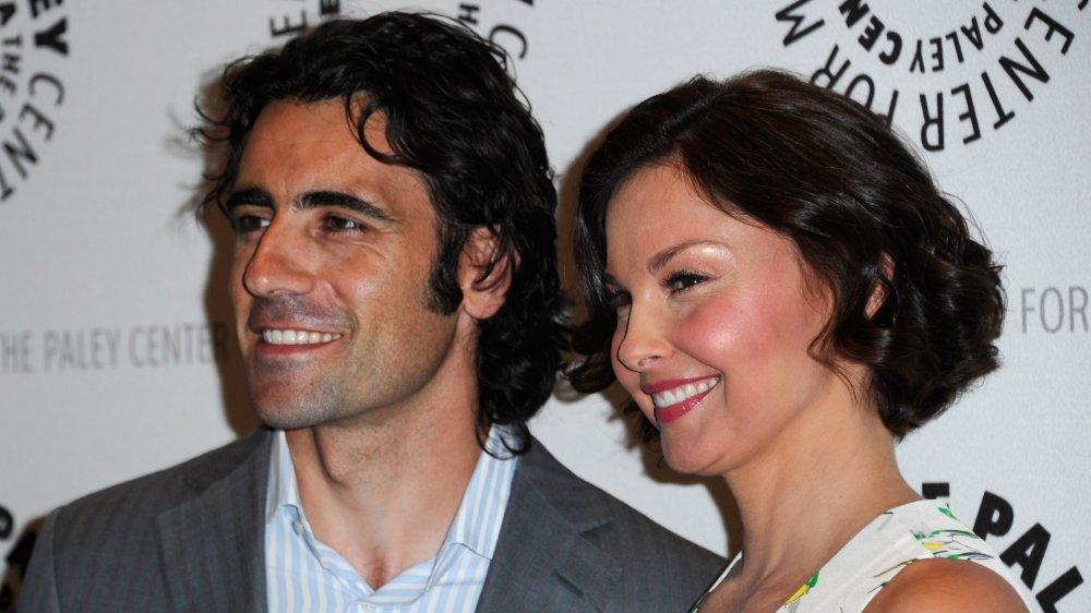 Dario Franchitti, Ashley Judd souriant tout en posant au Paley Center