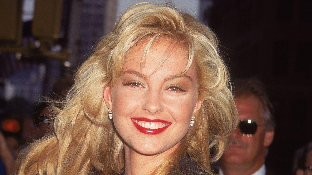 Une jeune Ashley Judd aux cheveux blonds souriant