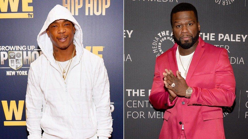 Image fractionnée de Ja Rule souriant dans un sweat à capuche blanc et 50 Cent dans un costume rose avec ses mains ensemble
