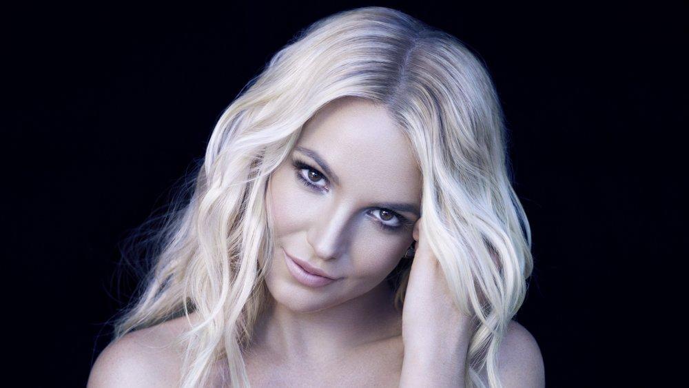 Britney Spears sourire tout en inclinant sa tête