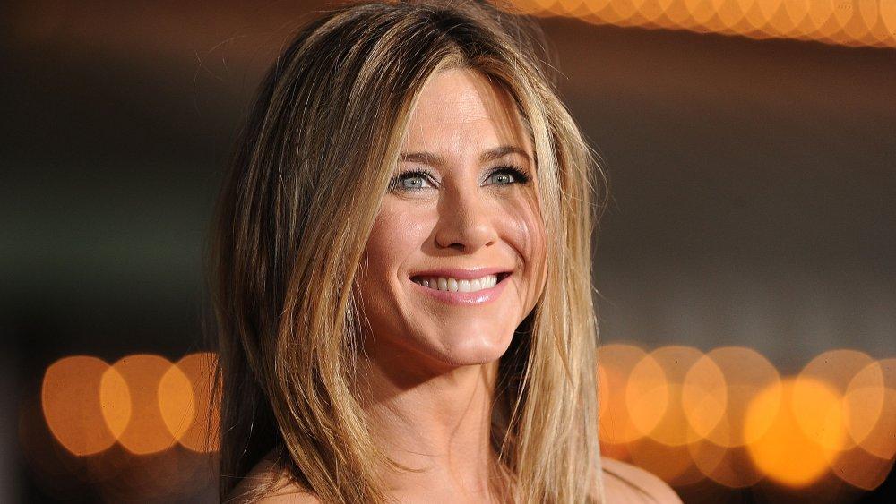 Jennifer Aniston souriant à droite