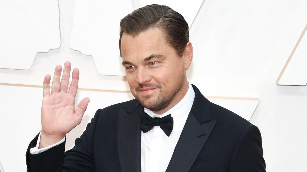 Leonardo DiCaprio agitant hors caméra