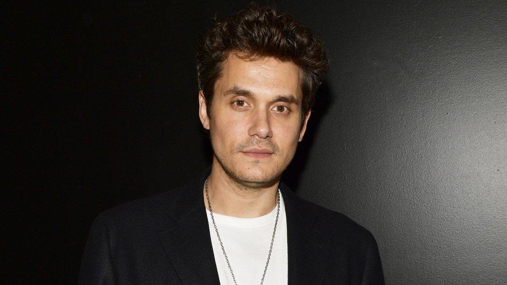 John Mayer en blazer noir et t-shirt blanc