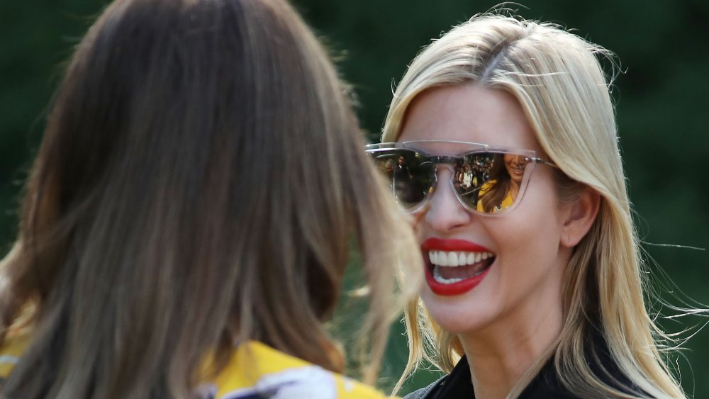 Melania Trump, Ivanka Trump souriantes les unes aux autres