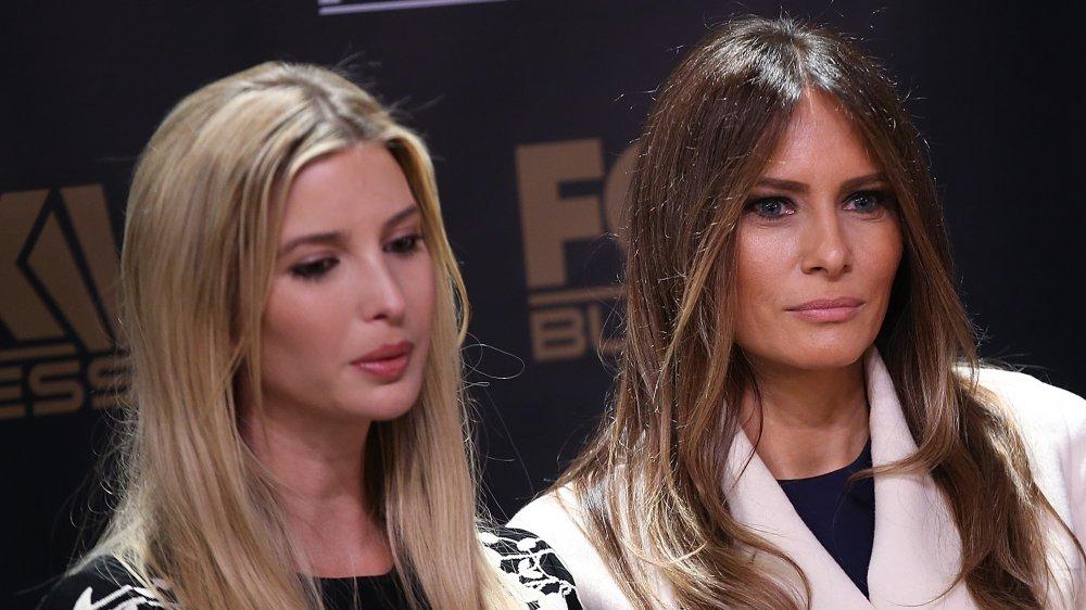 Ivanka Trump en robe noire, Melania Trump en manteau blanc, les deux à la recherche sérieuse