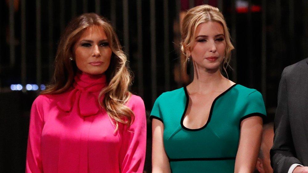 Melania Trump dans une robe rose, Ivanka Trump dans une robe de sarcelle, à la fois avec de petits sourires