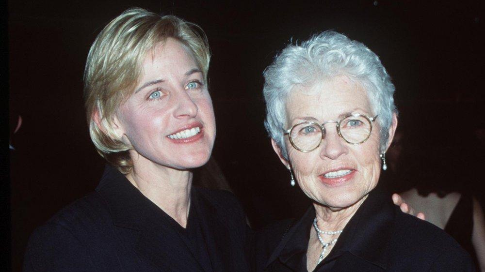 Ellen DeGeneres et Betty DeGeneres posant ensemble et souriant à la fin des années 90