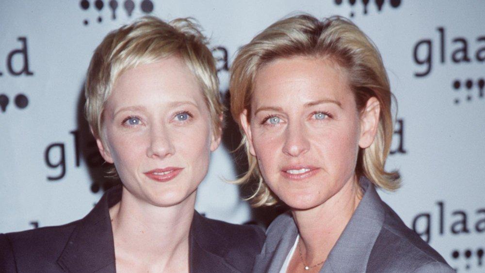 Anne Heche, Ellen DeGeneres posant ensemble, tous deux avec des expressions sérieuses