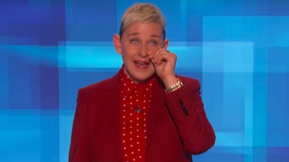 Ellen DeGeneres dans un costume rouge, déchirant sur The Ellen DeGeneres Show
