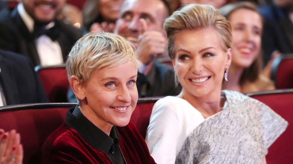 Ellen DeGeneres, Portia de Rossi souriant dans le public d'un spectacle de remise de prix