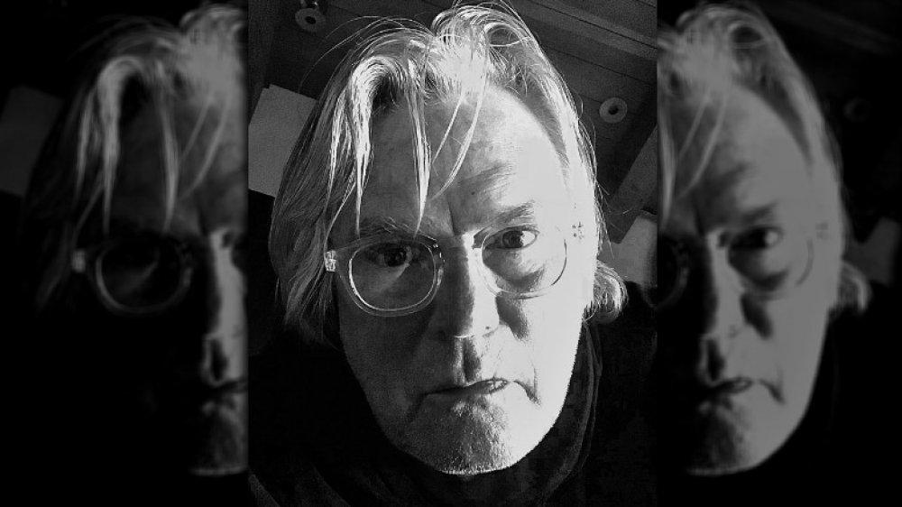 Richard Dean Anderson posant pour un selfie