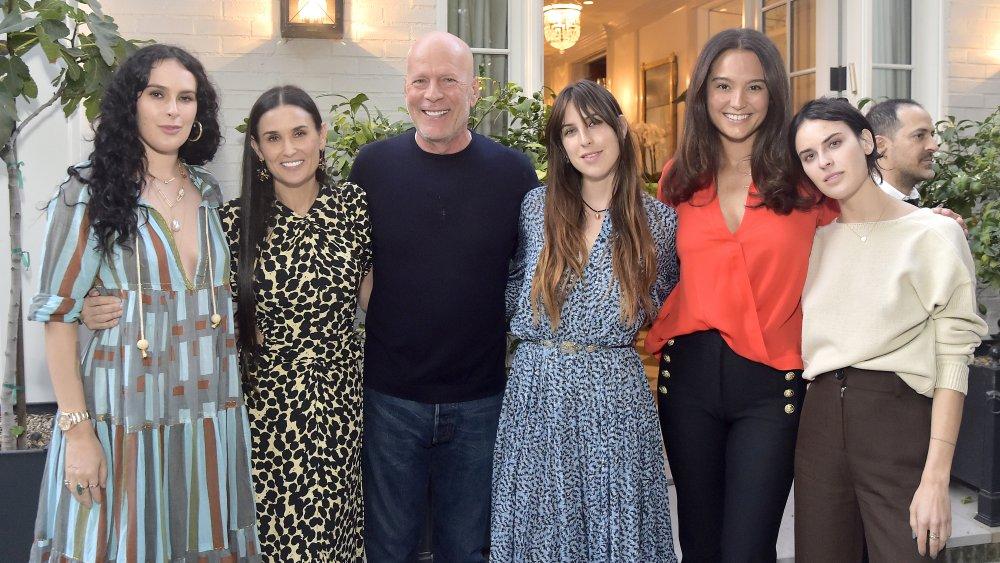 Bruce Willis avec son ex-femme, Demi Moore, leurs enfants, et son épouse actuelle Emma Heming Willis