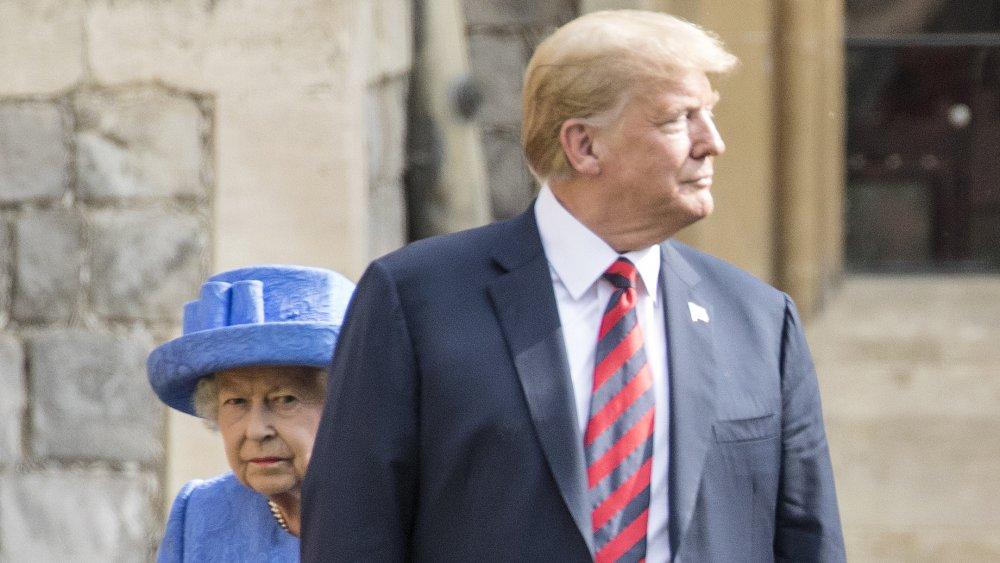 Trump marchant devant la reine