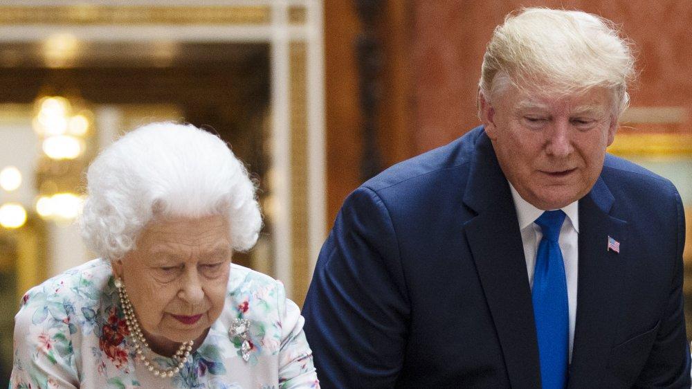 La reine et Trump regardant vers le bas