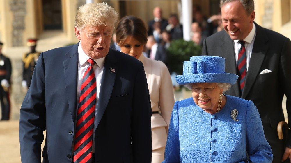 Donald Trump marchant avec la reine