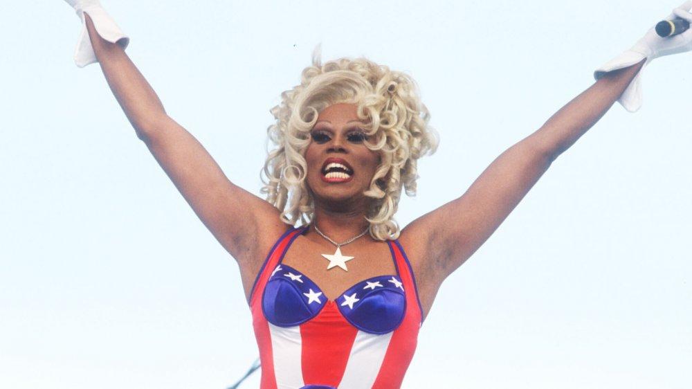 RuPaul en body imprimé drapeau américain