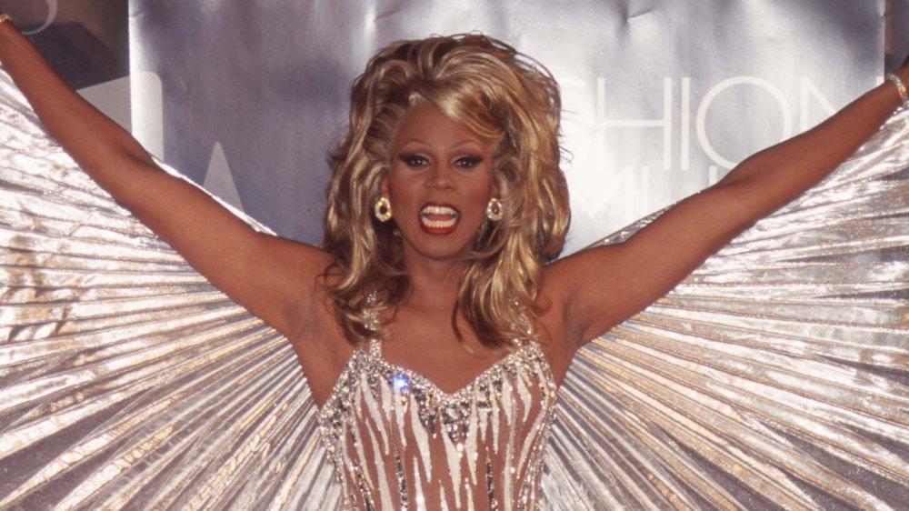 RuPaul dans la robe d'or avec des ailes