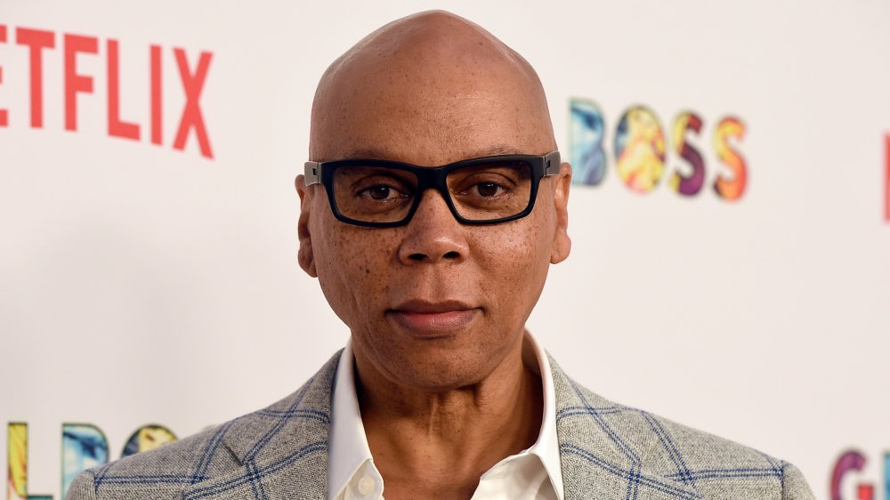 RuPaul avec lunettes à monture noire