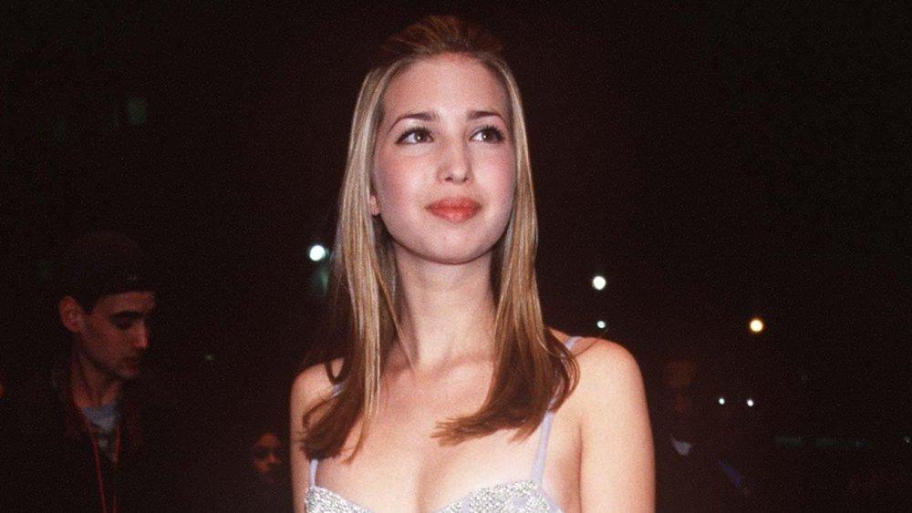 Une adolescente Ivanka Trump marchant dans une robe argentée tout en assistant aux Grammys 1998