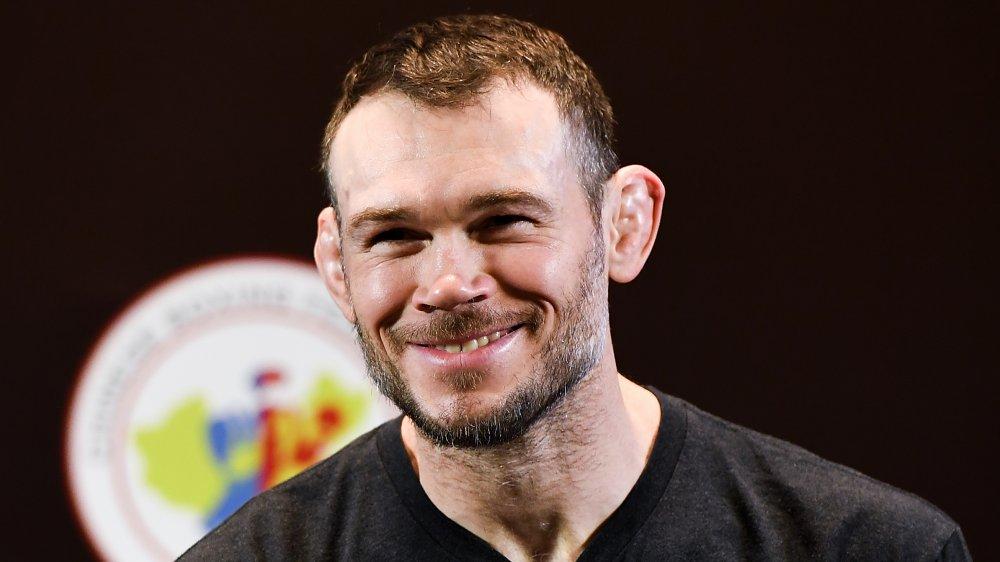 Forrest Griffin dans un t-shirt noir, smilin