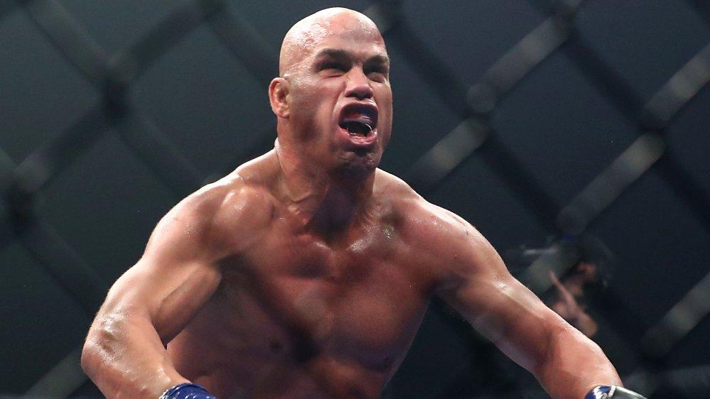 Tito Ortiz fléchissant et criant pendant un combat de MMA