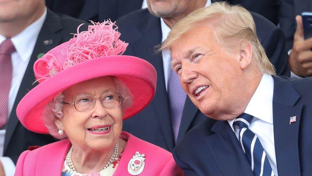 La Reine dans un ensemble rose à côté de Donald Trump