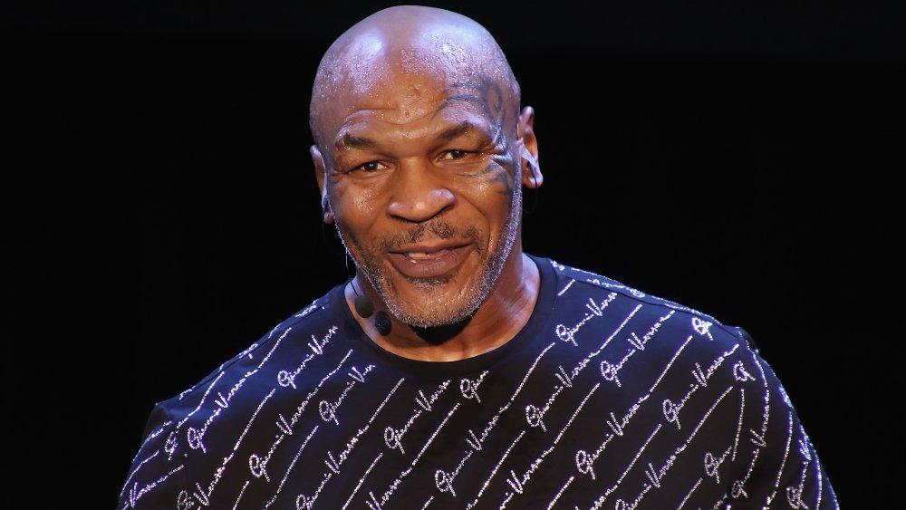 Mike Tyson sur scène avec microphone accroché à l'oreille