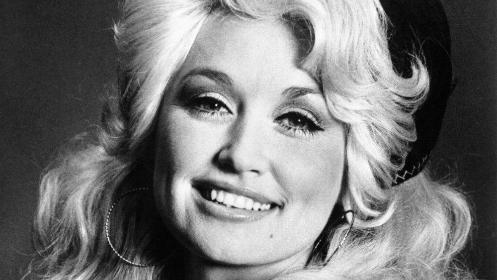 Photo en noir et blanc de Dolly Parton au début de la vingtaine