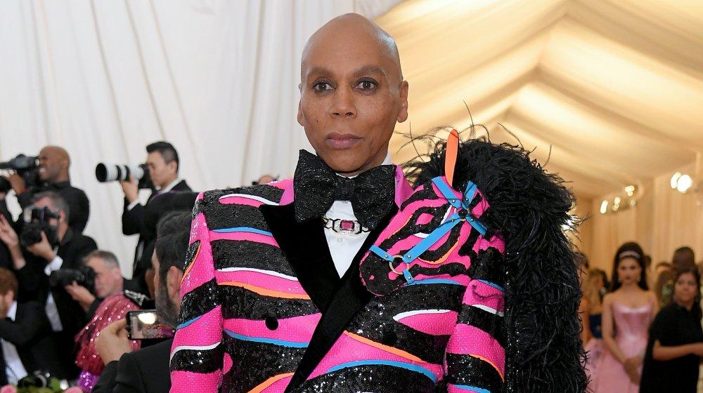 RuPaul dans un blazer noir et rose à paillettes