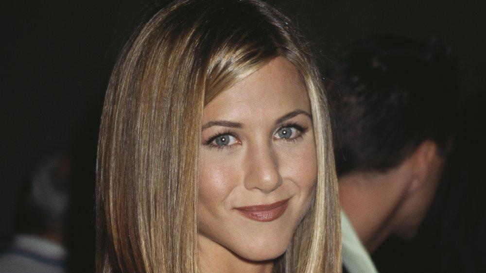Jennifer Aniston souriant tout en arborant «La coupe de cheveux Rachel» en 1997