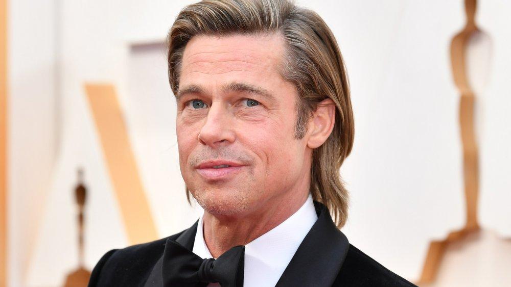 Brad Pitt posant aux Oscars 2020
