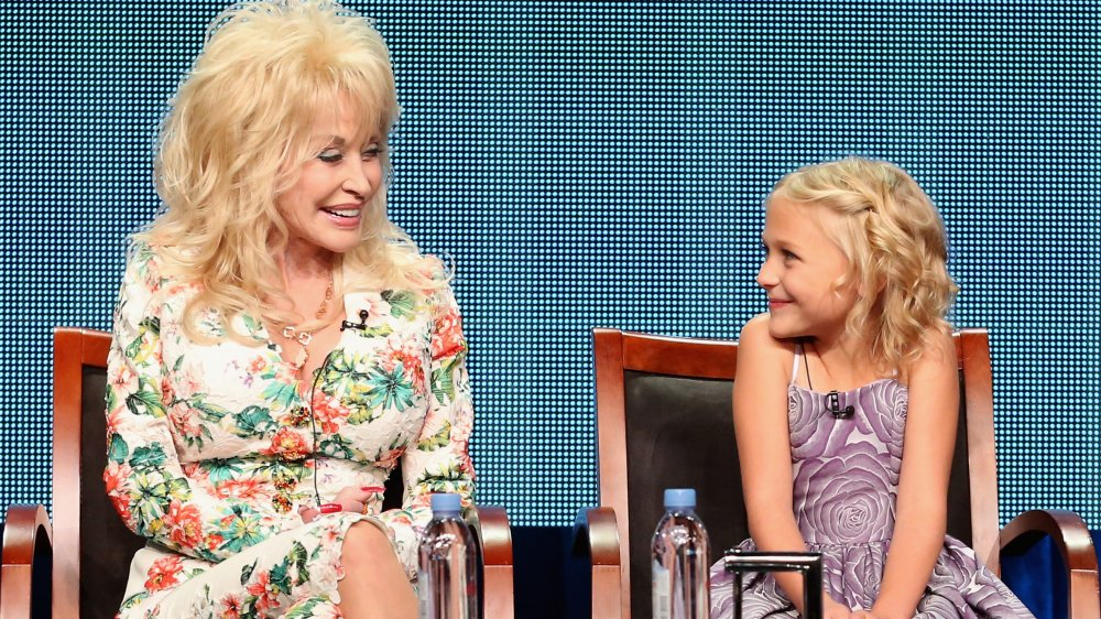 Dolly Parton et Alyvia Alyn Lind assis ensemble