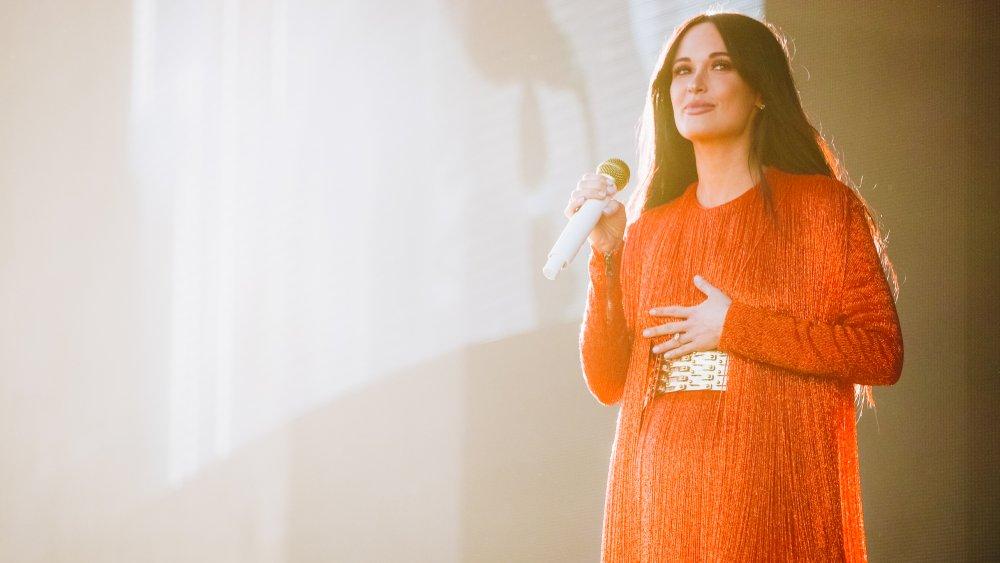 Kacey Musgraves sur scène dans une tenue rouge complète