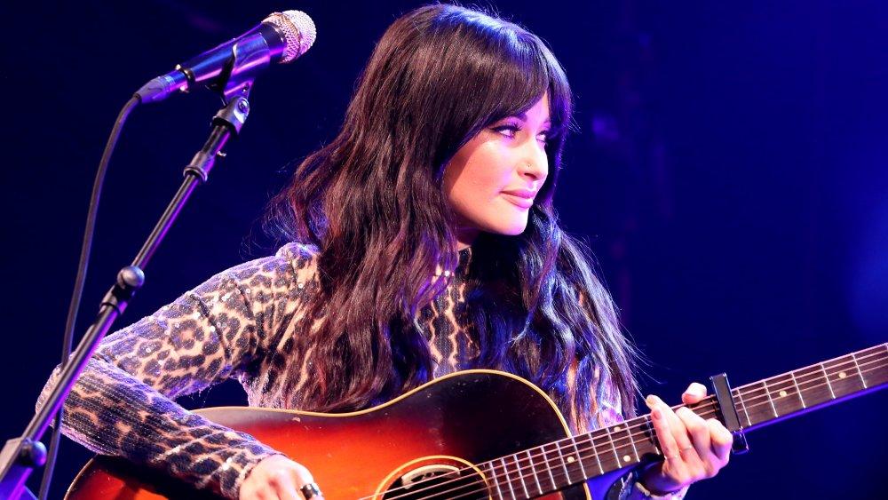 Kacey Musgraves sur scène avec guitare