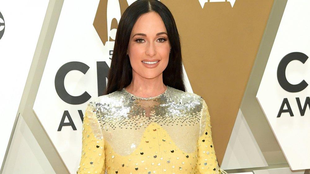 Kacey Musgraves en robe à paillettes argentées et jaunes