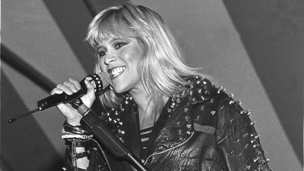 Photo en noir et blanc de Samantha Fox chantant en 1989