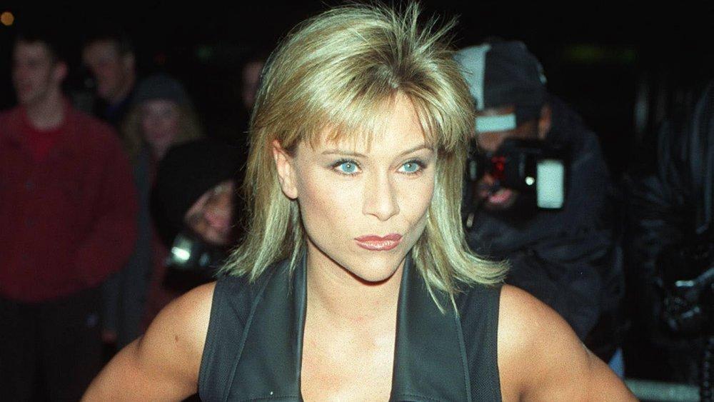 Samantha Fox dans une tenue noire, posant avec un sourire tandis que entouré par des photographes dans le milieu des années 90
