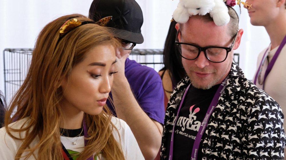 Brenda Song, Macaulay Culkin regardant vers le bas à un événement de oreilles de lapin