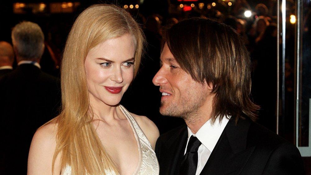 Nicole Kidman donnant keith Urban un petit sourire