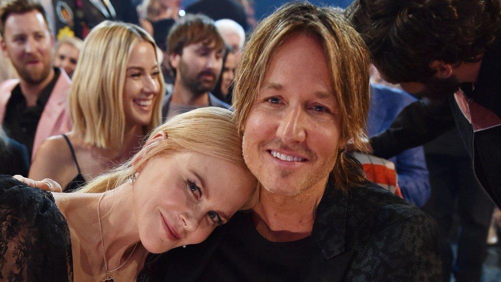 Nicole Kidman se penchant la tête contre Keith Urban, à la fois souriant