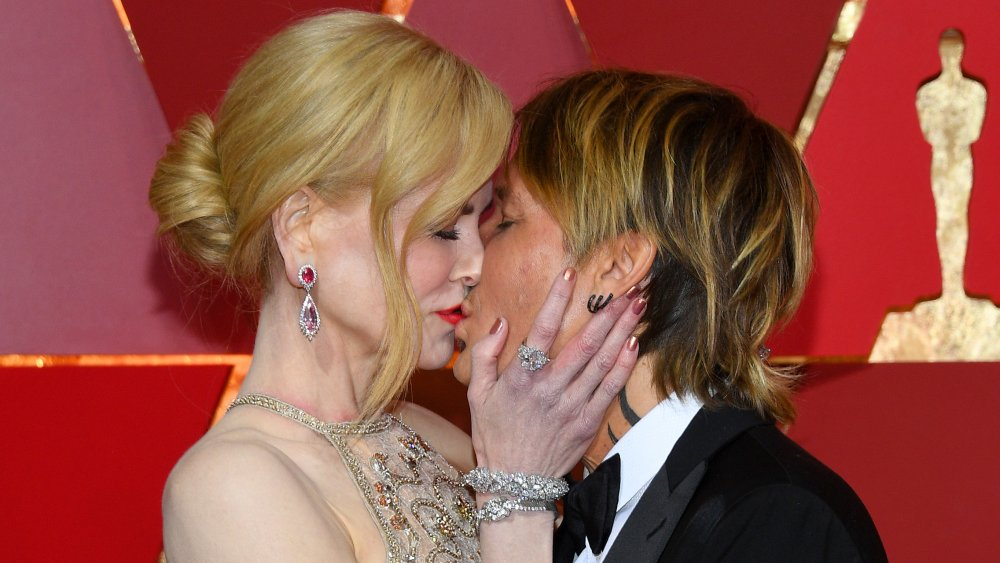 Nicole Kidman, Keith Urban s'embrassant aux Oscars