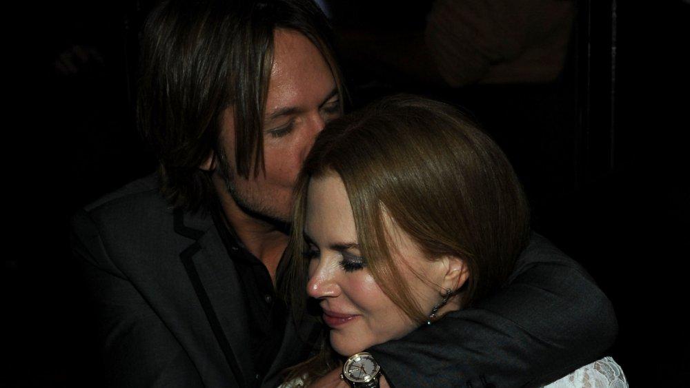 Keith Urban embrassant la tête de Nicole Kidman, les bras autour des épaules