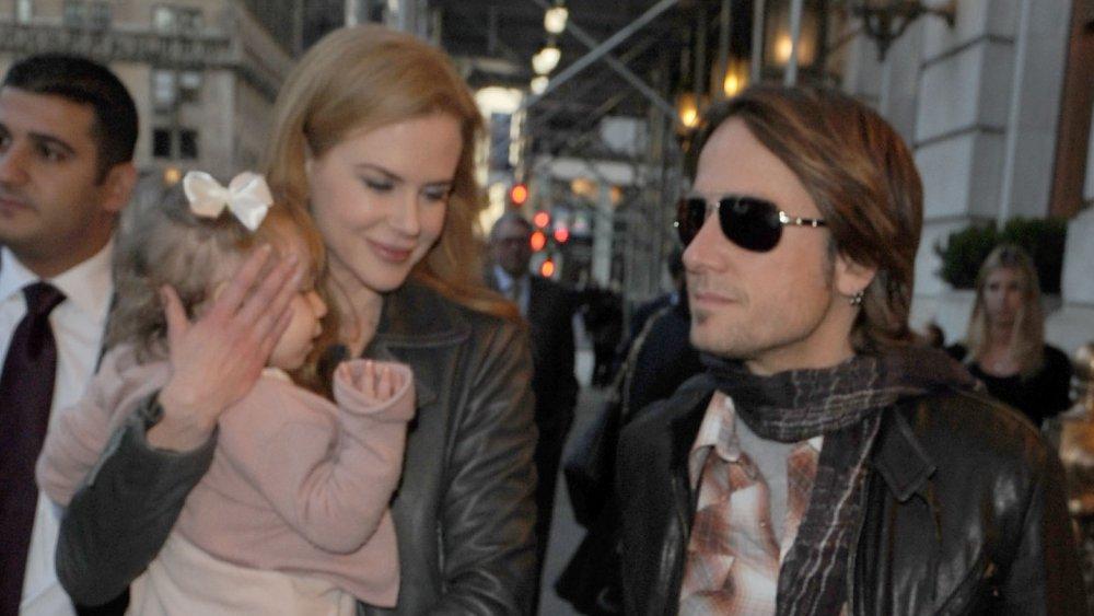 Nicole Kidman, Keith Urban marchant avec leur fille à l'extérieur