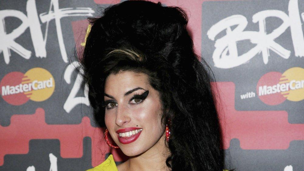 Amy Winehouse avec ses cheveux de ruche signature et eye-liner exagéré