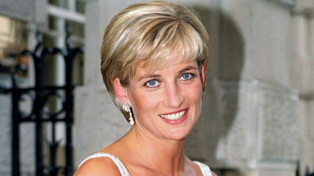 Princesse Diana avec des boucles d'oreilles de diamant et de perle