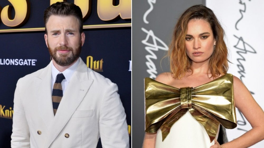 Chris Evans dans un costume blanc et Lily James avec grand arc en or sur sa robe