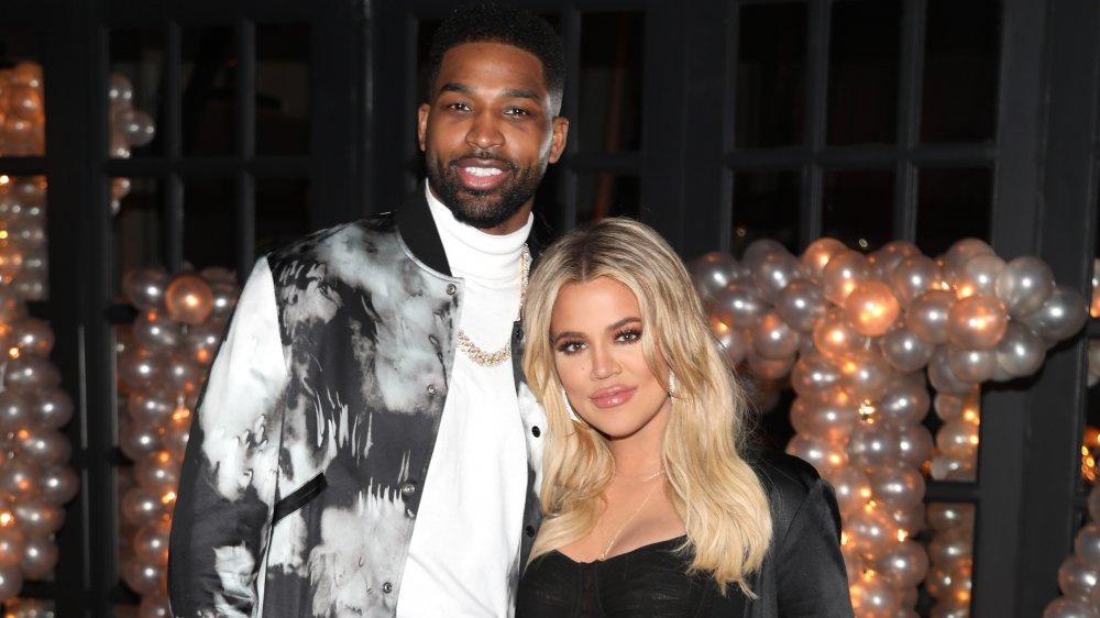 Tristan Thompson et Khloe Kardashian souriant ensemble devant un tas de ballons