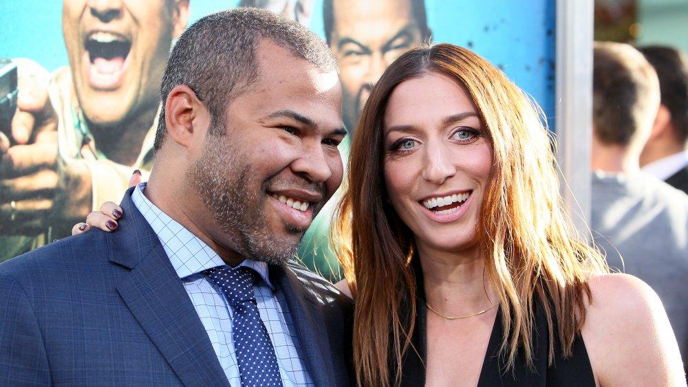 Jordan Peele dans un costume bleu, Chelsea Peretti dans une robe noire, les deux souriant grand