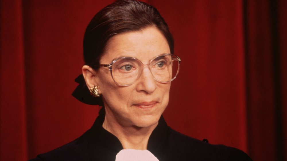Jeune Ruth Bader Ginsburg avec des verres clairs